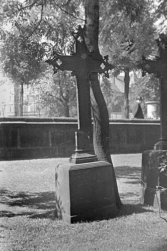 Zerrissenes Grabkreuz - Gartenfriedhof